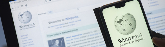 Wikipedia auf Smartphone und Laptop (Bildrechte: Lorenzo Di Cola/picture alliance)